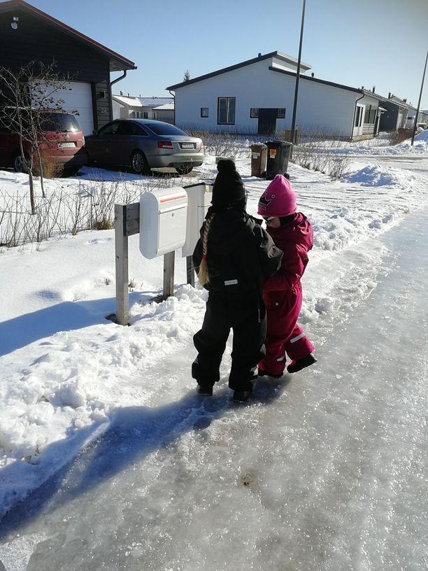 Hyvänmielentoivotukset jaettiin Oulun Ritaharjun alueelle.