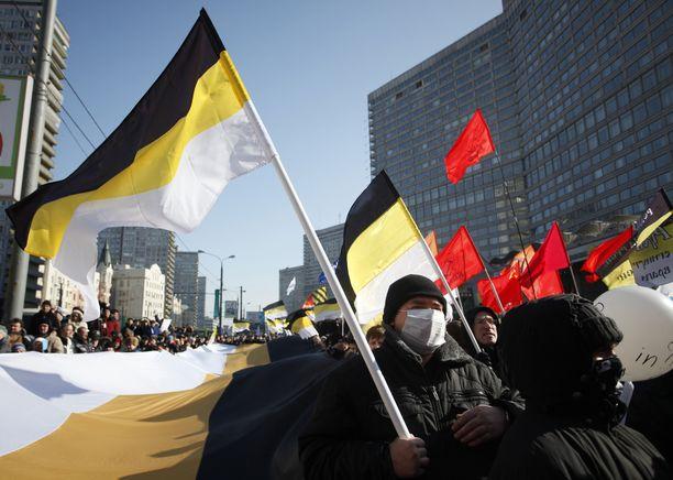 """""""Venäjän keisarillisen liikkeen"""" kannattajat heiluttivat ryhmän lippuja Moskovassa maaliskuussa 2012."""