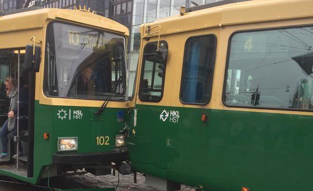 Kaksi raitiovaunua törmäsi toisiinsa torstaina aamupäivällä Kaivokadun ja Mannerheimintien risteyksessä.