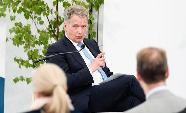 Presidentti Niinistö isännöimässä Kultaranta-keskusteluja.