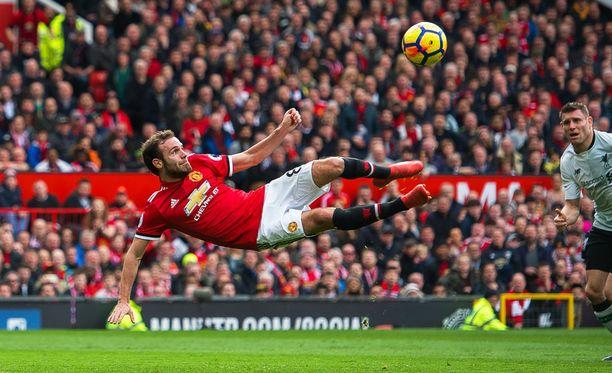 Juan Mata yritti akrobaattista saksipotkua Liverpool-ottelussa.