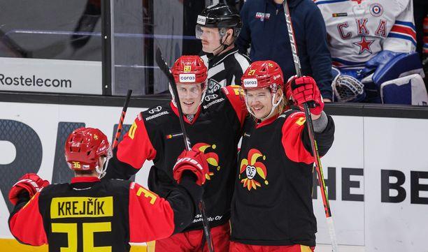 Mika Partanen (oik.) saa onnittelut maalistaan osuman syöttäneiltä Jakub Krejcikiltä ja Saku Mäenalaselta.