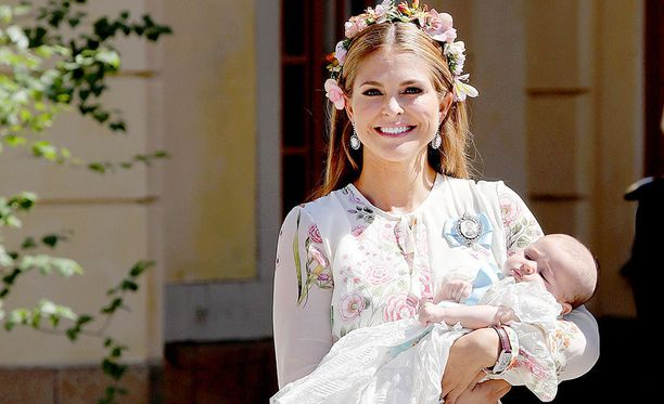 Prinsessa Madeleine sylissään prinsessa Adrienne. Kuva on otettu lapsen kastajaisissa.