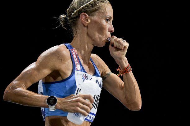 Anne-Mari Hyryläinen otti geeliä, mutta se ei pysynyt sisällä MM-maratonin 25 ensimmäisen kilometrin aikana.