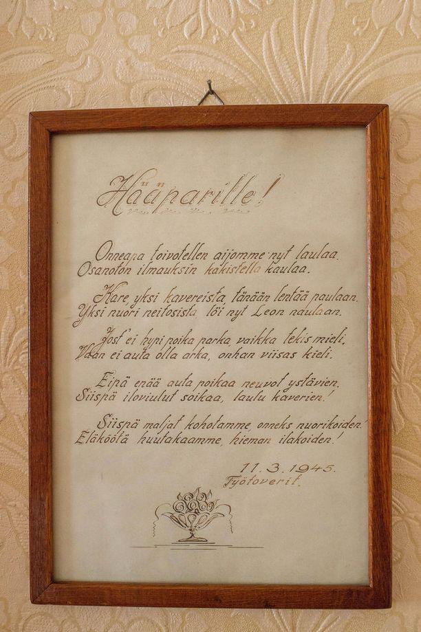 Hirtehiset ja iloiset runomuotoiset onnittelut vastavihitylle hääparille vuonna 1945 tulivat sulhasen työtovereilta.