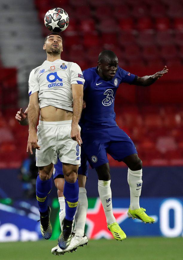 Porton Mehdi Taremi (vas.) taisteli Chelsean N'Golo Kanten kanssa pallosta.