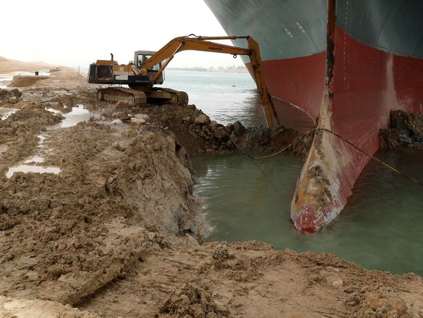 Egyptin viranomaisten julkistama kuva rahtilaivan irrotustöistä. Paikalla on nyt myös erikoistuneempaa välineistöä.