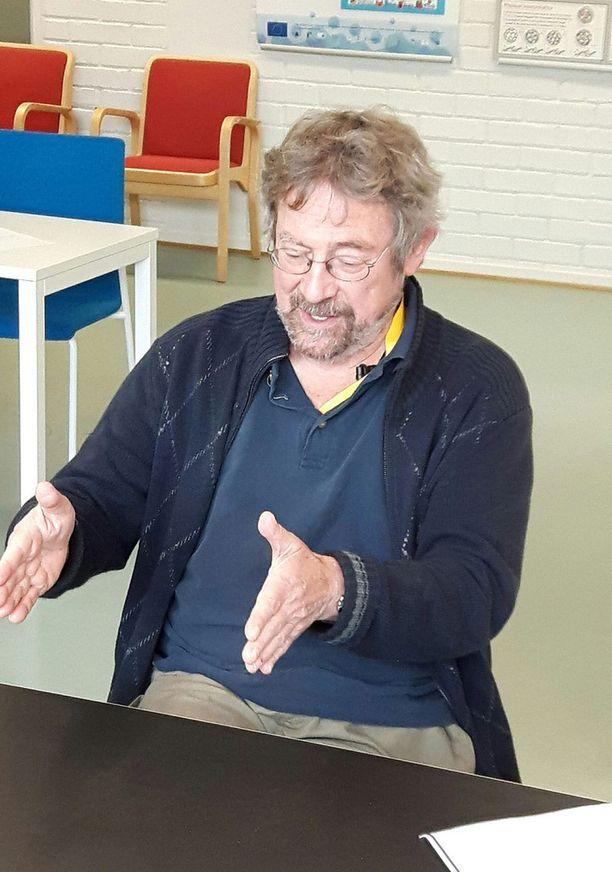 J. Michael Kosterlitz on parhaillaan vierailulla Aalto-yliopistossa.