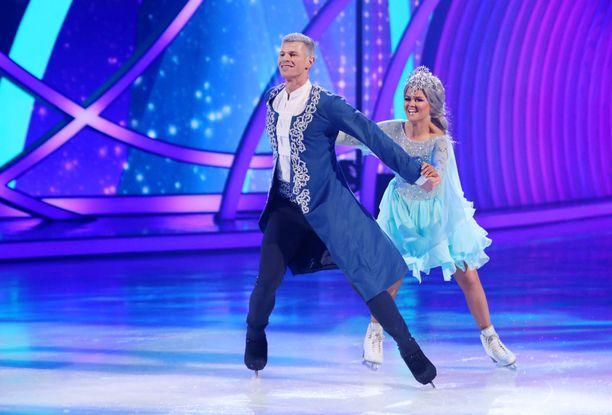 """Dancing on Ice -tuomariston mukaan Saara Aalto ei ollut """"jäässä"""", vaikka hän esiintyi Frozen-musikaalin tahdissa. Saaja ja hänen opettajansa Hamish Gaman pääsivät kirkkaasti jatkoon."""