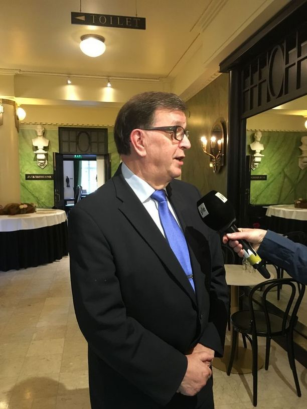 Paavo Väyrysen mukaan Suomea ollaan hivuttamassa Naton jäseneksi EU:n yhteisen puolustuspolitiikan tiivistämisen kautta.