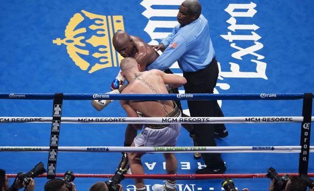Tuomari meni väliin, kun Conor McGregor ei kyennyt enää puolustautumaan.