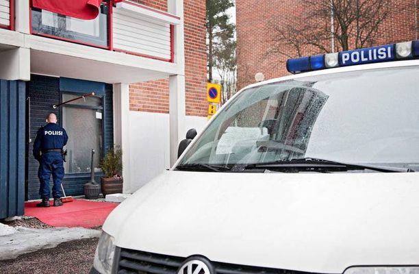 Poliisi ratsasi Pähkinärinteen kerhotilat useita kertoja. Kuvassa isku huhtikuussa 2011.