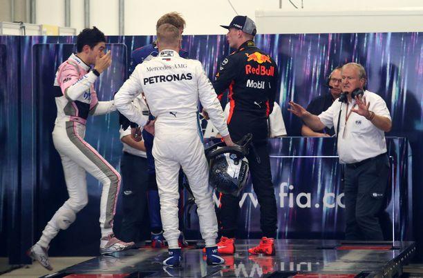 Valtteri Bottas seurasi Max Verstappenin ja Esteban Oconin välienselvittelyä vierestä.