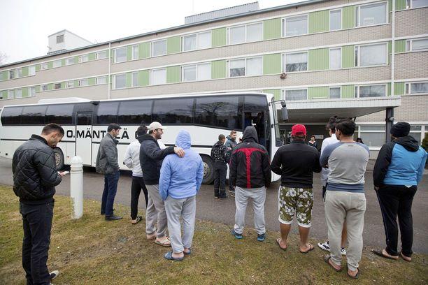 Kaivannon vastaanottokeskuksesta siirretään turvapaikanhakijoita. Osa lähtee bussilla, osa paikalle vielä jääneistä kerääntyi bussin ympärille jättämään jäähyväiset.