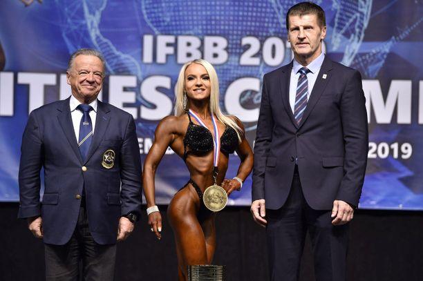 Senni Nieminen saavutti lauantaina maailmanmestaruuden. Kuvassa Niemisen kanssa IFBB:n presidentti Rafael Santonja (vas.) ja Slovakian liiton presidentti Boris Mlsna.