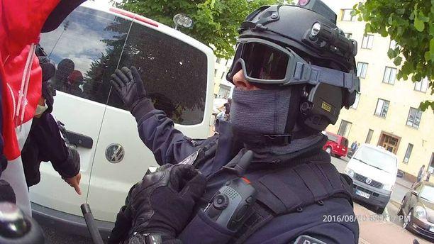 Poliisin uutuuskamerat tallensivat jalkapallofanin kiistellyn kiinniottotapahtuman elokuussa Helsingissä.