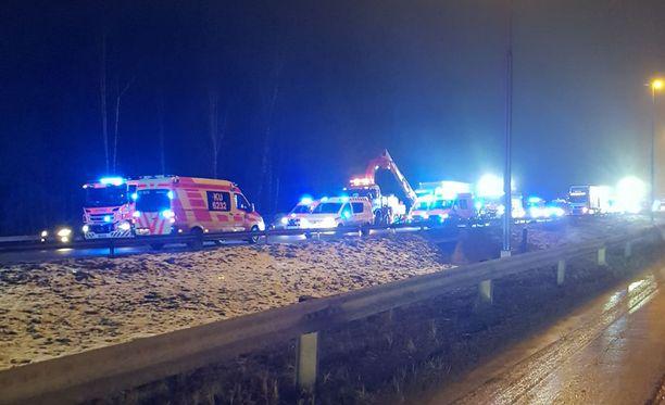 Pelastuslaitoksen mukaan onnettomuus tapahtui Lahden moottoritiellä, Vantaan Hakkilan kohdalla.