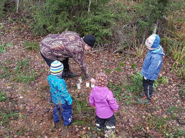 Villepetteri Hänninen vei lapsineen kynttilän Taavi-koiran muistolle. Lapsille on kerrottu, että Taaville sattui metsästysonnettomuus.