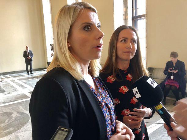 Saara-Sofia Sirén ja Jaana Pelkonen eivät äänestäneet Timo Soinia vastaan, mutta eivät myöskään Soinin puolesta. Tyhjääkään he eivät painaneet, vaan pidättäytyivät äänestämästä.