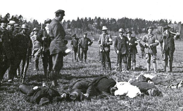 Inkoossa tuomion saaneet kuljetettiin pellolle teloitettaviksi.