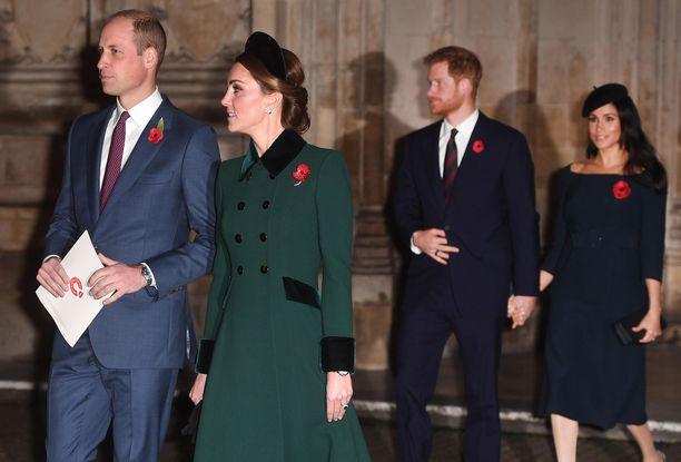 Prinssi Harry vaimoineen tulee kruununperimysjärjestyksen vuoksi aina astelemaan askelen veljensä takana.