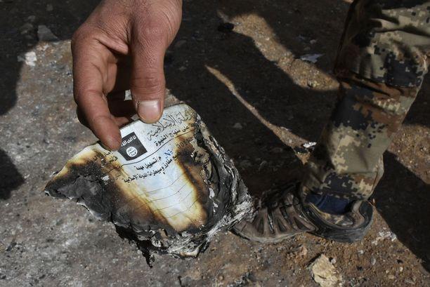 Isisiltä taakse jääneitä dokumentteja löytyy edelleen. Kuvassa kulkulupa.