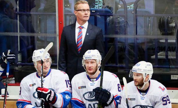 HIFK-legenda Sakari Lindfors toimii Ladan maalivahtivalmentajana.