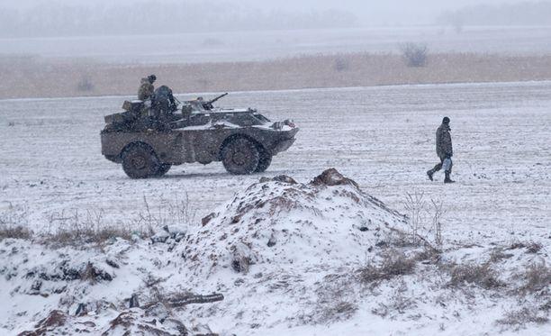 Ukrainan armeija on todennut, ettei se voi vetää aseistustaan puskurialueen taakse niin pitkään kuin kapinalliset jatkavat tulitustaan. Ukrainalaissotilaita kuvattuna Debaltseven ja Artemivskin kaupunkien välisellä pellolla maanantaina.