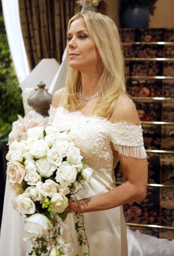 Tämä on ollut tuttu näky Kauniit ja rohkeat -sarjassa. Langin hahmo Brooke Logan on avioitunut useita kertoja.