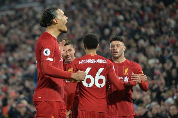 Virgil van Dijk (vas.) teki voittomaalin Manchester Unitedin verkkoon.