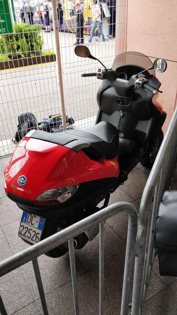 Punaisesta skootterista löytyy Piaggion logon lisäksi myös Ferrarin korskuva ori.