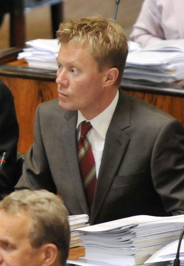 ÄLLISTYNYT – Minun pitää jutella valiokuntavastaavan ja ryhmän johdon kanssa, mitä tehdään, Pertti Salovaara sanoo lakivaliokuntapaikastaan.