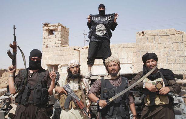 Suomalainen Joni väittää olevansa mukana Isiksen riveissä. Kuvassa Isis-taistelijoita Syyrian ja Irakin rajan lähellä.