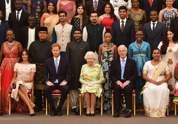 Herttuatar Meghan istui puolisonsa vierellä palatsissa järjestetyssä juhlassa.
