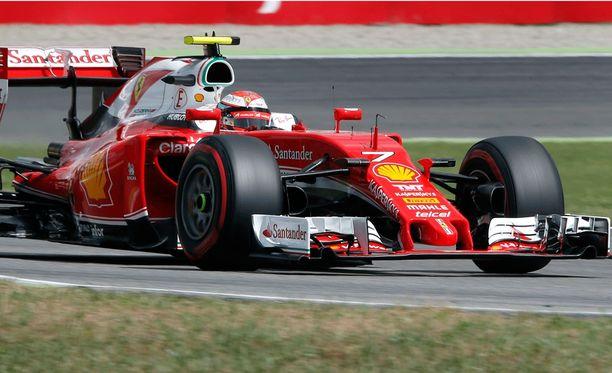 Kimi Räikkönen päihitti tallitoverinsa aika-ajojen ensimmäisessä osiossa.