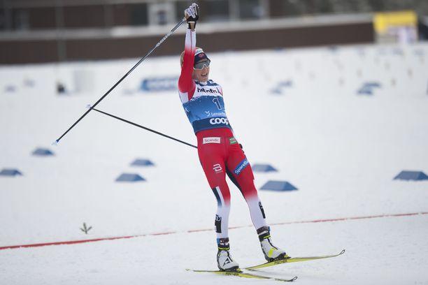 Therese Johaug tuuletti Tour de Skin avausetapin voittoa lauantaina Sveitsissä.