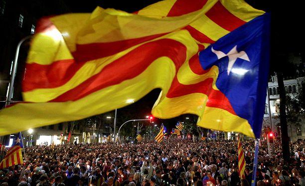 Tuhannet ihmiset osoittivat mieltään Barcelonassa tiistaina vastustaen sitä, että Katalonian itsehallinnon edustajia on pidätetty.