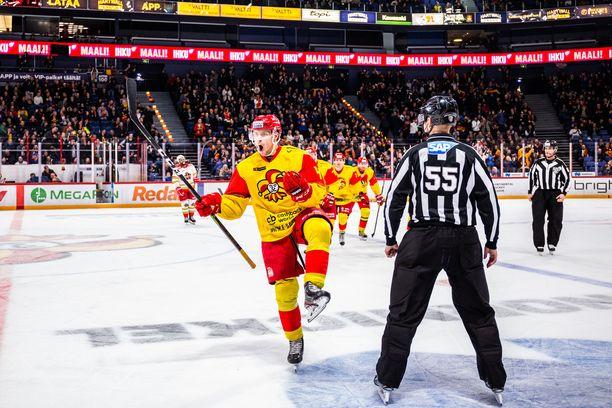 Mikko Lehtonen tuuletti voittomaaliksi jäänyttä osumaa.