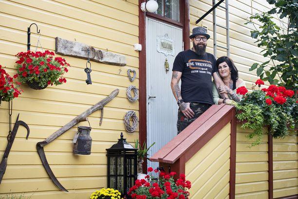 Timo ja Johanna Mattila löysivät unelmiensa kodin idyllisestä Porvoon vanhastakaupungista.