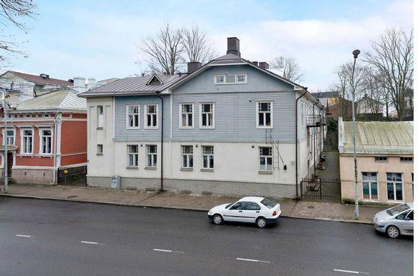 Turun Itäisessä keskustassa aivan Tuomaanpuiston vieressä on myynnissä muun muassa kuvan puutalo-osake.