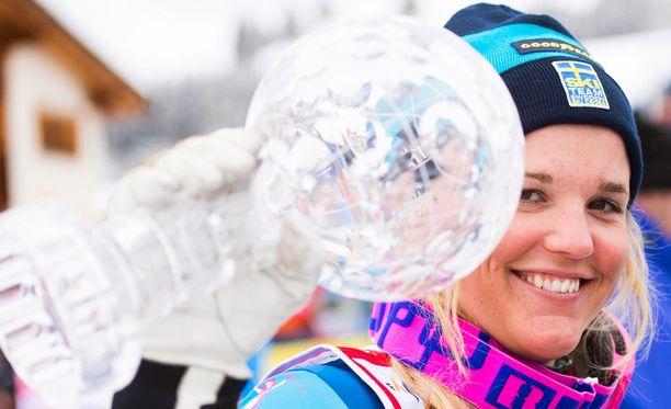 Anna Holmlund voitti skicrossin maailmancupin keväällä 2016. Tittelin puolustaminen tyssäsi kauden 2016-2017 ensimmäisenä kilpailuviikonloppuna sattuneeseen kaatumiseen.