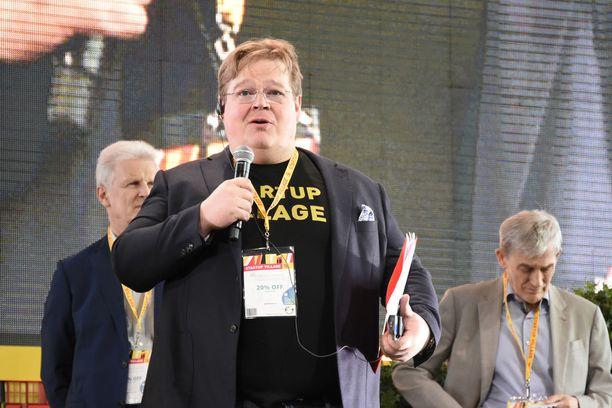 Liikemies Pekka Viljakainen toimii muun muassa venäläisen Skolkovon ja Venäjän pääministeri Dmitri Medvedevin neuvonantajana. Hänen AII Corporation omistaa Panzerdogista 20 prosenttia.