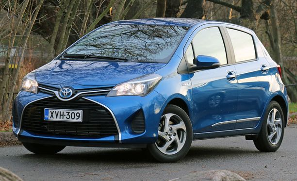 Yarisin ilme on samantapainen kuin pienessä Aygossa. Sininen kehys Toyota-logon ympärillä paljastaa hybridin.