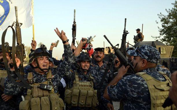 Irakin armeija juhli Mosulin keskustassa voittoaan Isistä heinäkuun 11. päivänä. Taistelut olivat kestäneet yli kahdeksan kuukautta.