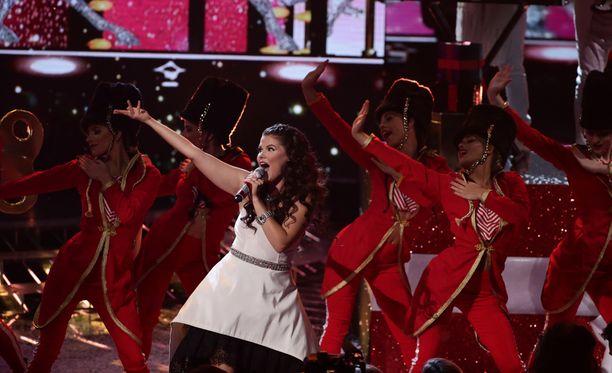 Saara esitti semifinaalissa Mariah Careyn jouluhitin All I Want For Christmas Is Youn.