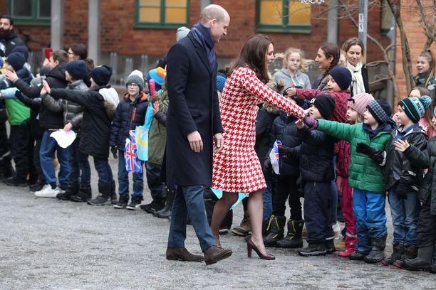 Herttuatar Catherine kyykki lasten tasolle tervehtien jokaista eturivissä seisonutta.