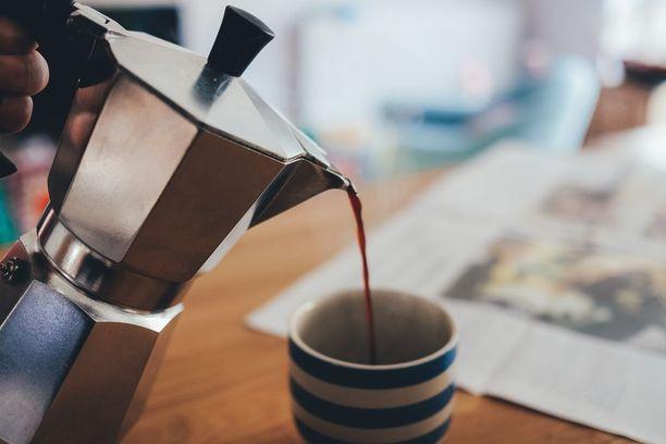 Kahvi auttaa aina. Jos sumppi siis maistuu, herättele itseäsi kupillisella tai toisellakin.