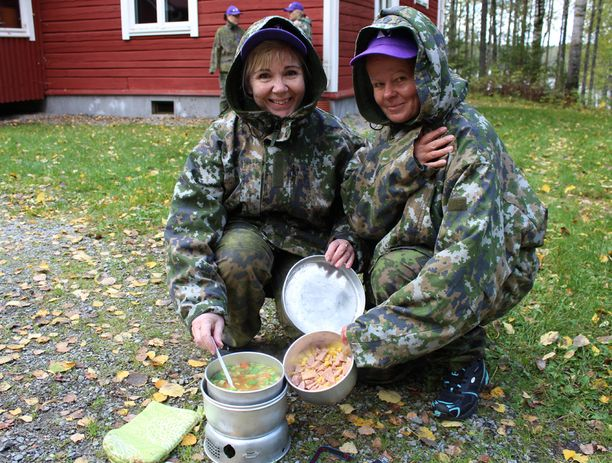 Jyväskyläläiset Anja Miettinen ja Pirjo Kauppinen valmistavat ruokaa ilman sähköä.