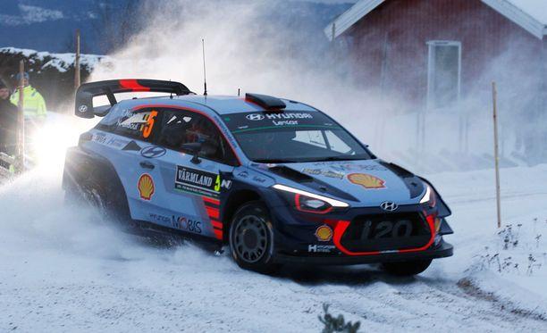 Thierry Neuville piiskasi autonsa hurjaan lentoon Ruotsin rallin 7. pätkällä.