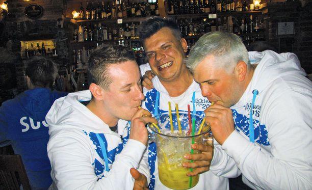 Oulussa juodaan tölkistä pillillä piimää, mutta nämä suomalaismiehet juovat ämpäristä pillillä energiajuomalla jatkettua vodkaa. Ja ah, maistuu niin hyvältä.